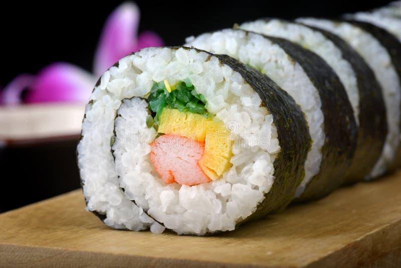 Sushirolle oder japanisches maki stockbild