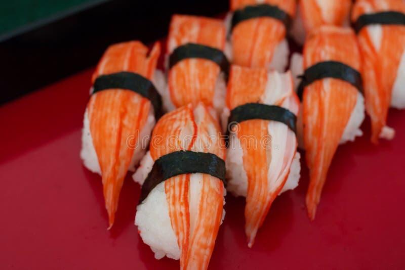 Sushirollen auf einer Platte mit Garnelenfleisch stockfotografie
