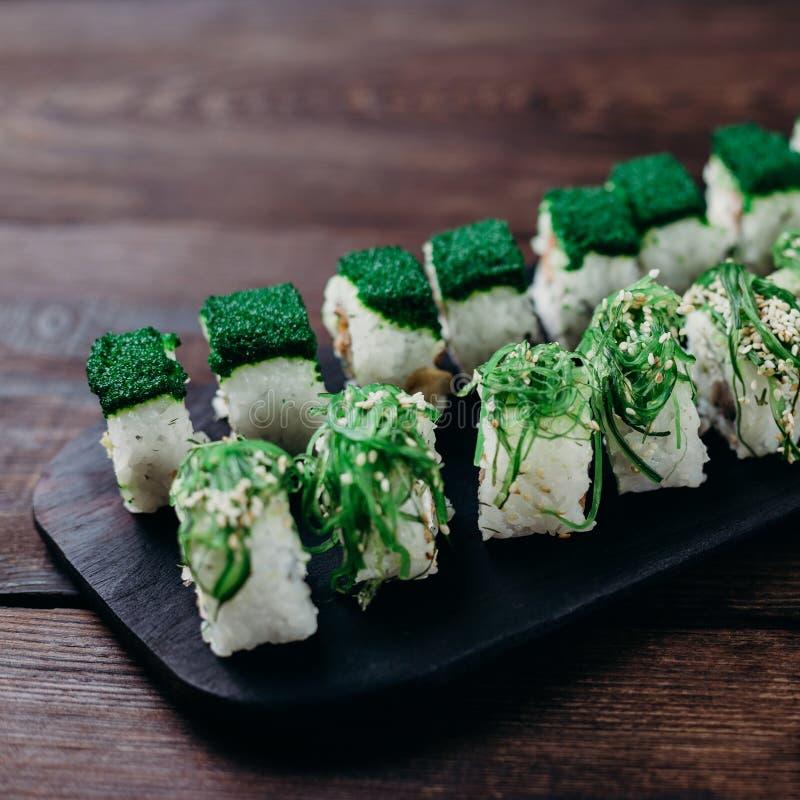 Sushirollen mit chuka und grünem tobiko Kaviar stockbild