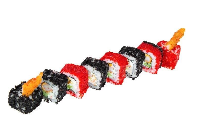 Sushirollen mit gebratenen Garnelen, Käse, Gurke und tobiko Kaviar Getrennt auf weißem Hintergrund lizenzfreie stockbilder