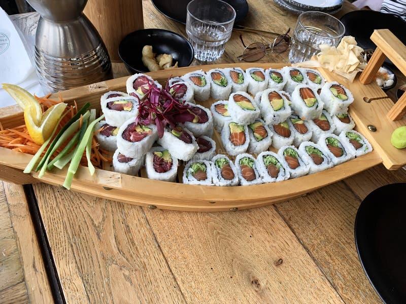 Sushirullar med räkan, avokado, tonfisk, fisk Sushimeny Japansk mat royaltyfri bild