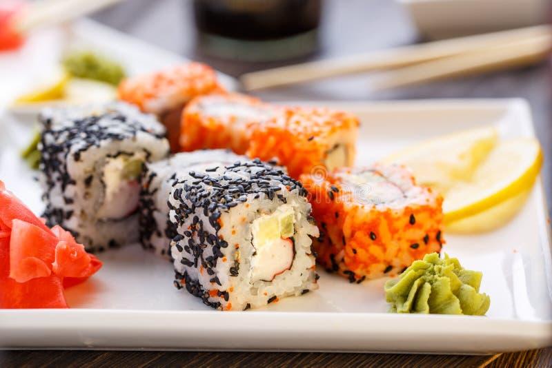Sushirullar, nigiri, maki, inlagd ingefära, wasabi arkivbilder