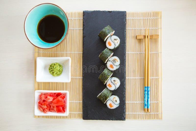 Sushirulle med ålen, avokadot, gurkan, wasabi och ingefäran royaltyfri foto