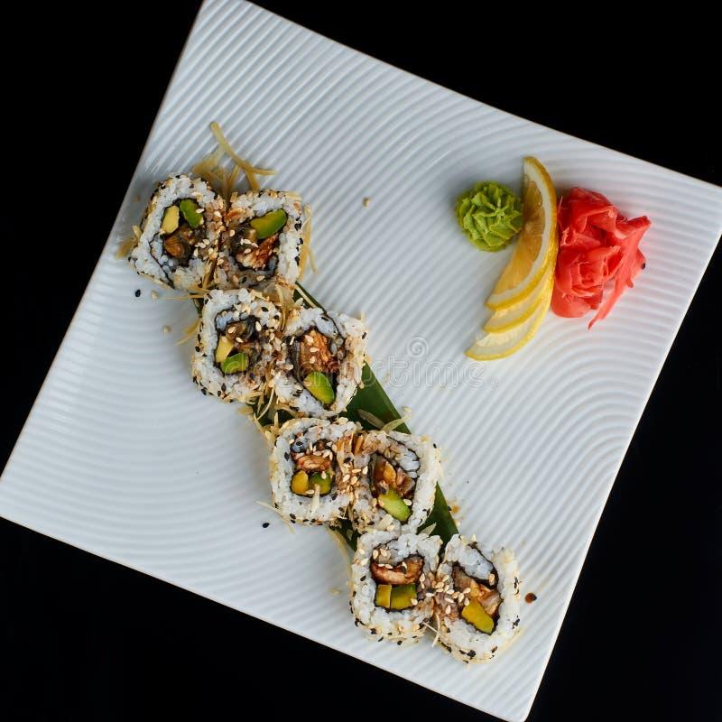 Sushirulle med den kryddiga ålfisken med parmesanost royaltyfri fotografi