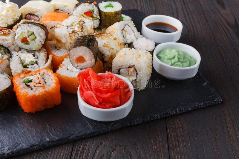 Sushirulle med laxen, ål, tonfisk, avokado, gräddost Philade royaltyfri foto