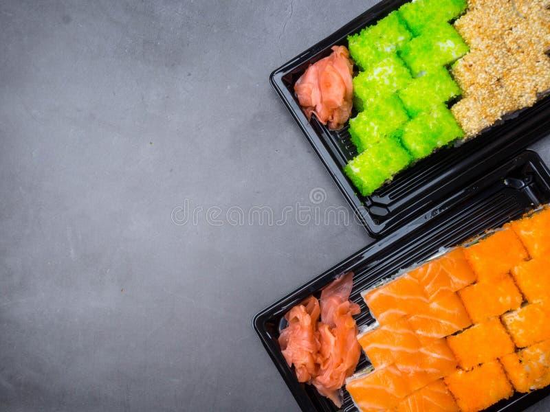 Sushirulle med laxen, ål, tonfisk, avokado, kunglig räka, gräddost Philadelphia, kaviar Sushimeny Japansk mat arkivbild