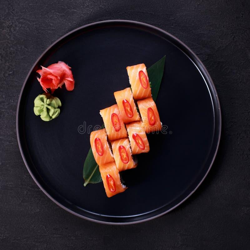 Sushirulle med laxen, meny för japansk restaurang royaltyfria bilder