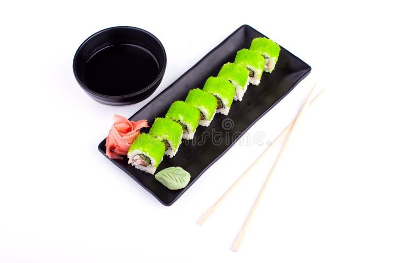 Sushirulle på den svarta plattan - traditionell japansk matstil royaltyfri fotografi