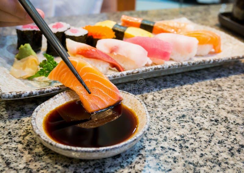 Sushisashimi stellte mit Essstäbchen und Sojasoße ein lizenzfreies stockbild