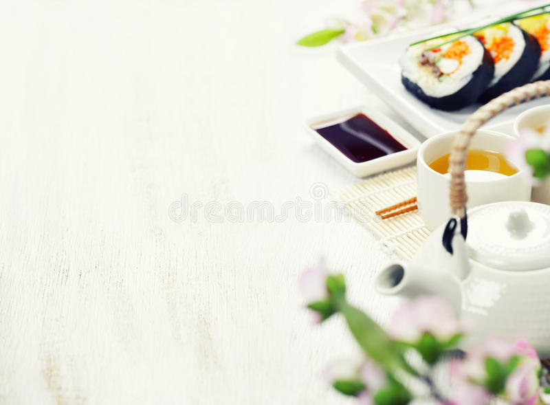 Sushisatz, grüner Tee und Kirschblüte verzweigen sich lizenzfreie stockfotografie