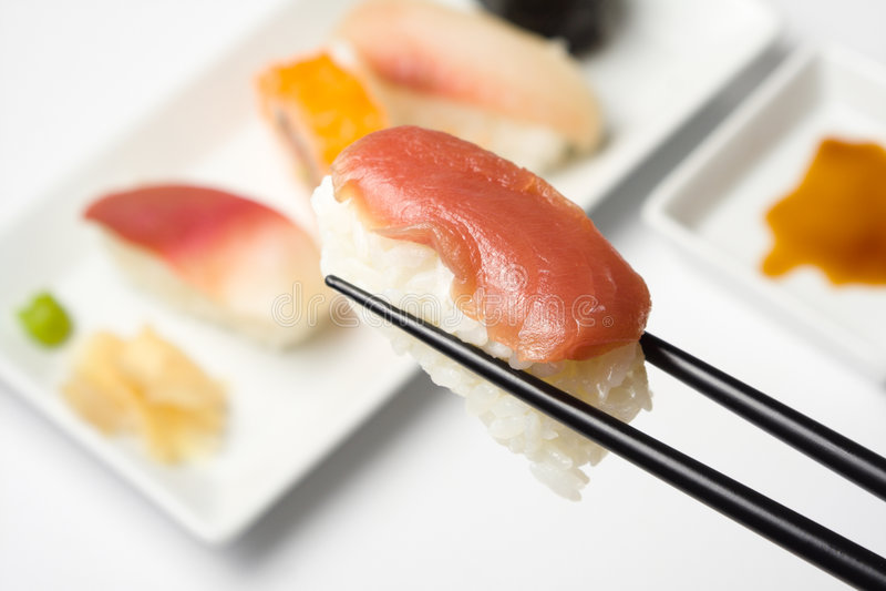 Sushiserie - maguro nigiri stockfotos
