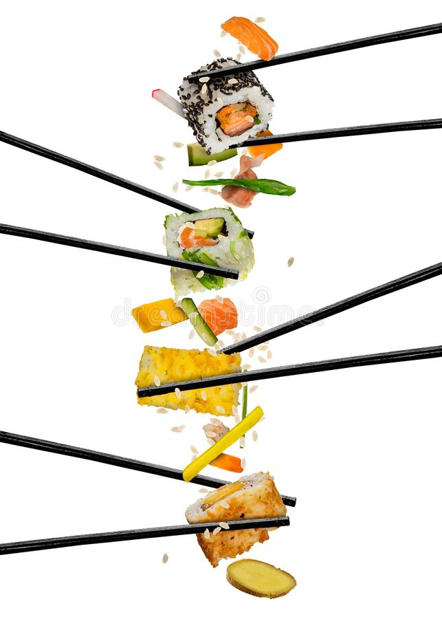 Sushistukken tussen eetstokjes, op witte achtergrond worden geplaatst die stock foto's