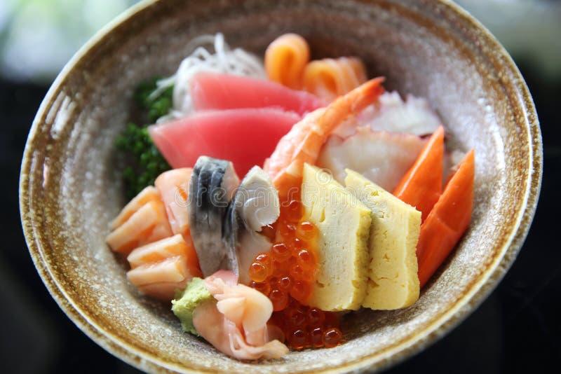 Sushiuniversitetslärare, rå laxtonfiskbläckfisk och ägg på ris royaltyfri fotografi