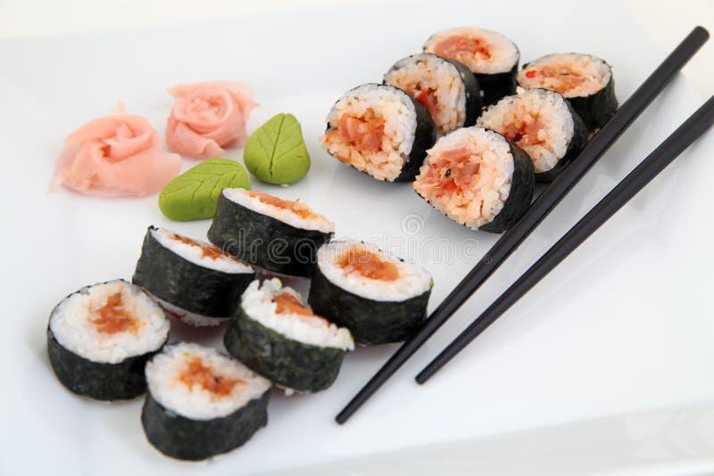 Sushiuppsättning på den vita plattan. Traditionella japanska sushirullar royaltyfri fotografi