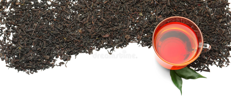 Susi czarni herbaciani liście i filiżanka aromatyczny napój na białym tle obrazy stock