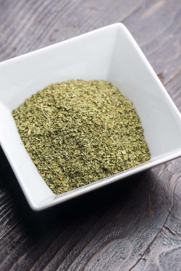 Susi Organicznie Zieleni pietruszka płatki Przygotowywający dla przyprawowego jedzenia obraz stock