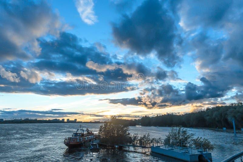 Susnet à la rivière de ville image stock