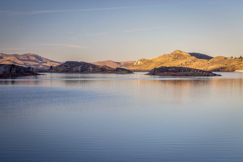 Susnset au-dessus de lac de montagne photos stock