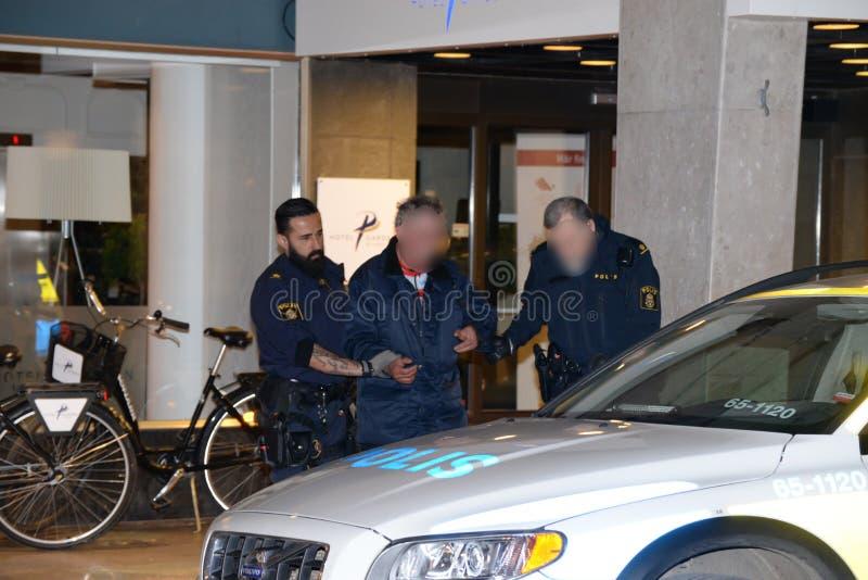 Suspect frappant de police suédoise photographie stock libre de droits