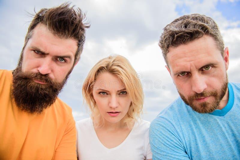 Suspecte de personnes de groupe vous Regard soupçonneux De plan à trois regard soupçonneusement vers le bas La femme et les homme photo stock