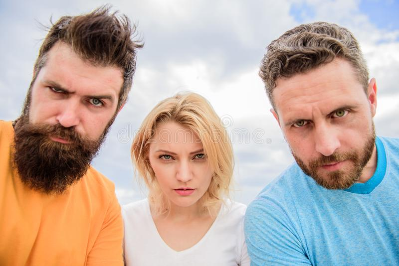 Suspecte de personnes de groupe vous Regard soupçonneux De plan à trois regard soupçonneusement vers le bas La femme et les homme photos stock