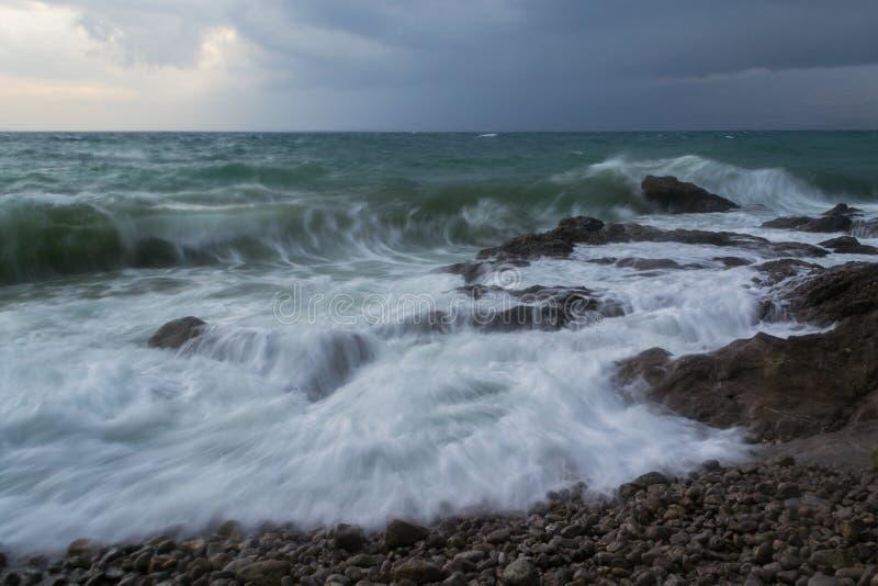 Suspendu en mer orageuse de temps photos libres de droits
