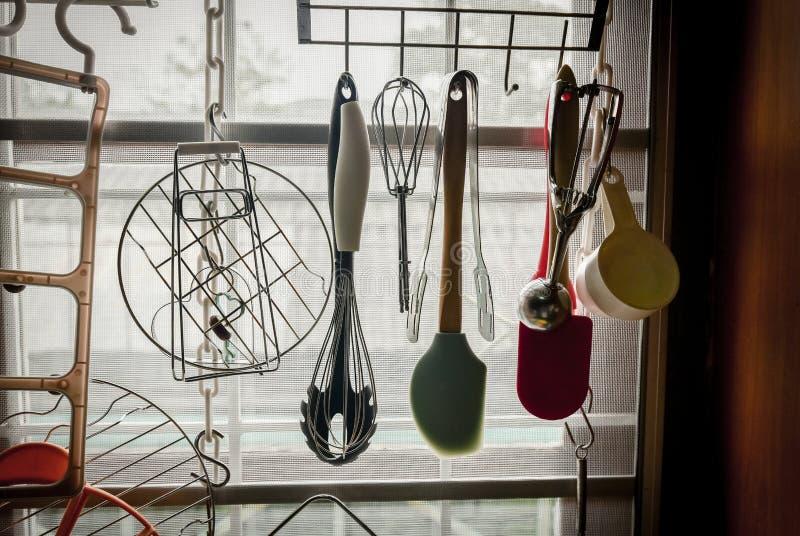 Suspensão da ferramenta da cozinha fotografia de stock royalty free