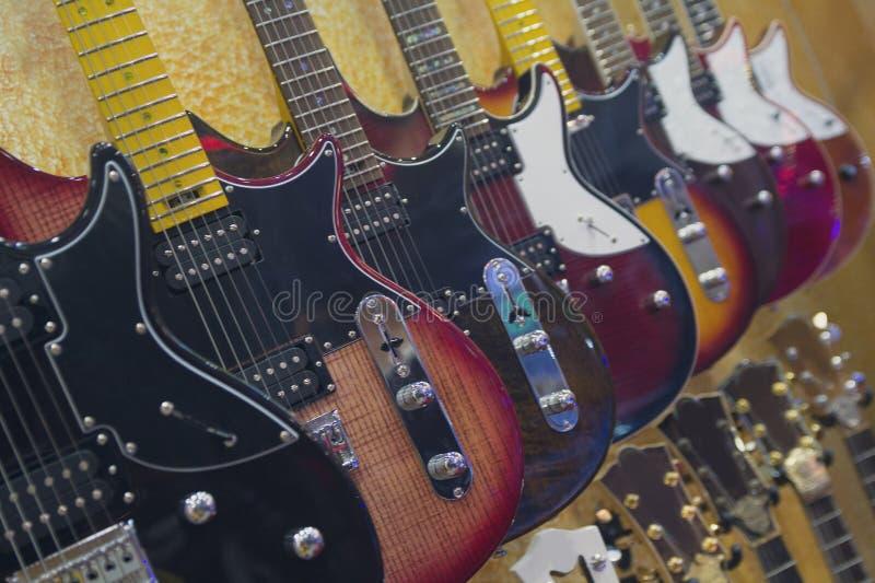 Suspens?o das guitarra el?tricas da loja da m?sica imagens de stock royalty free