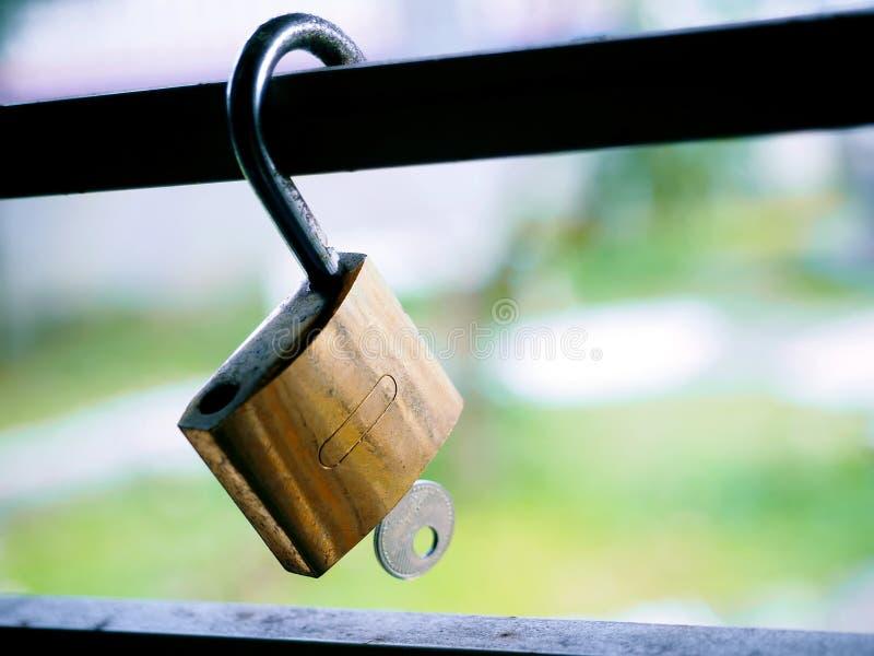 A suspensão de bronze do cadeado imagem de stock royalty free
