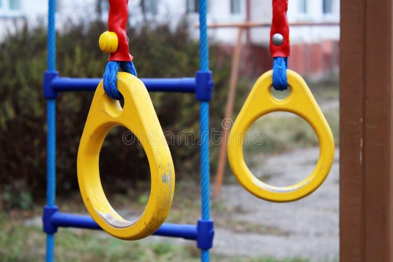 Suspensão de madeira tradicional dos anéis da ginasta fotografia de stock