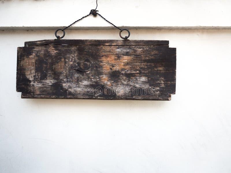 suspensão de madeira velha do sinal fotografia de stock royalty free