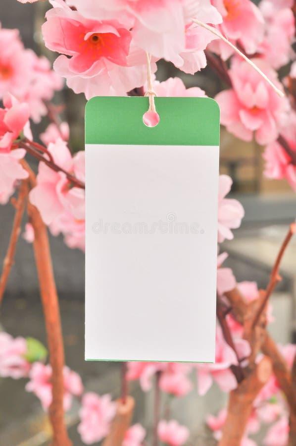 Suspensão de papel do memorando branco na árvore bonita fotos de stock royalty free