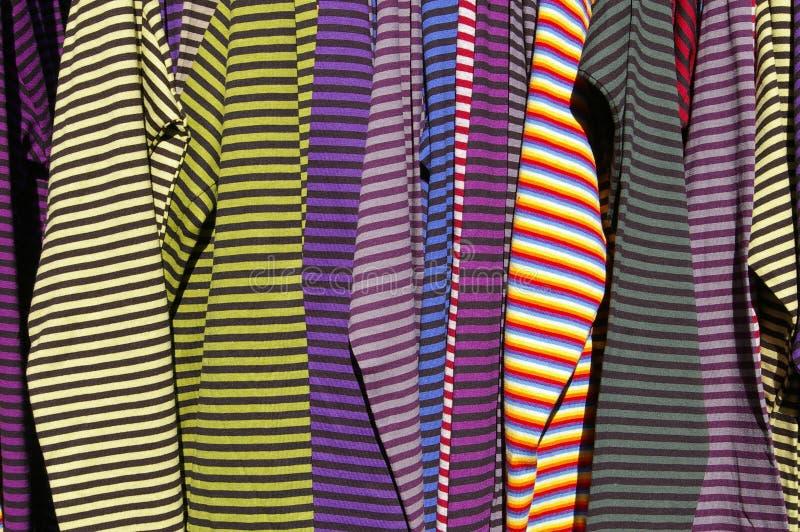 Suspensão dos t-shirt foto de stock