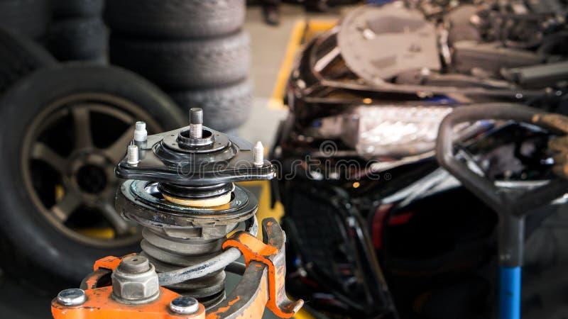 A suspensão e choque borrados do carro acima do serviço do absorvente na garagem do serviço e no espaço da cópia, usam-se para o  fotos de stock royalty free