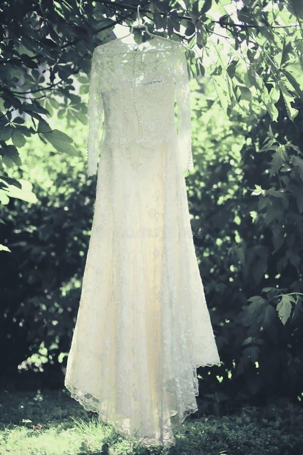 Suspensão elegante do vestido de casamento do laço imagens de stock