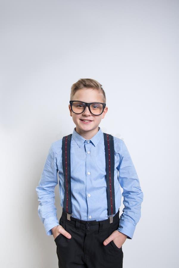 Suspensórios vestindo de sorriso na moda da estudante imagem de stock