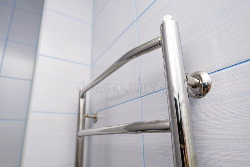 Suspensión de acero inoxidable de la toalla en la pared en cuarto de baño foto de archivo libre de regalías