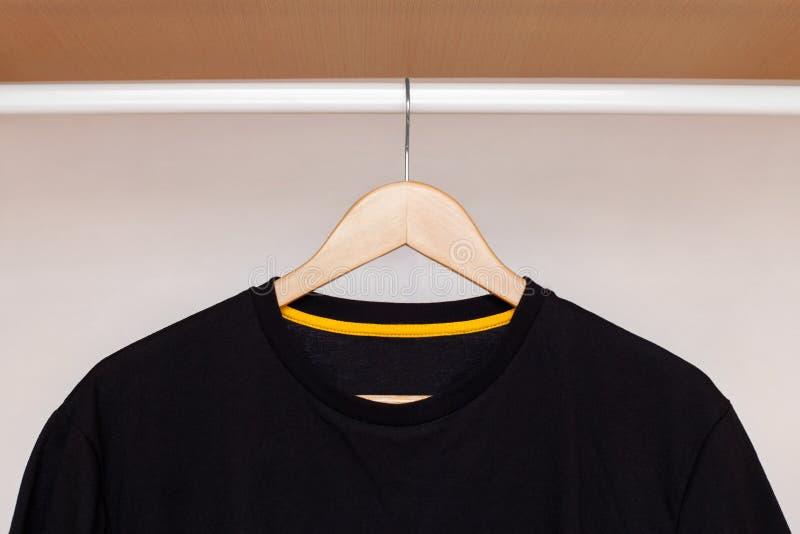 Suspensión de madera con la camisa imagen de archivo libre de regalías
