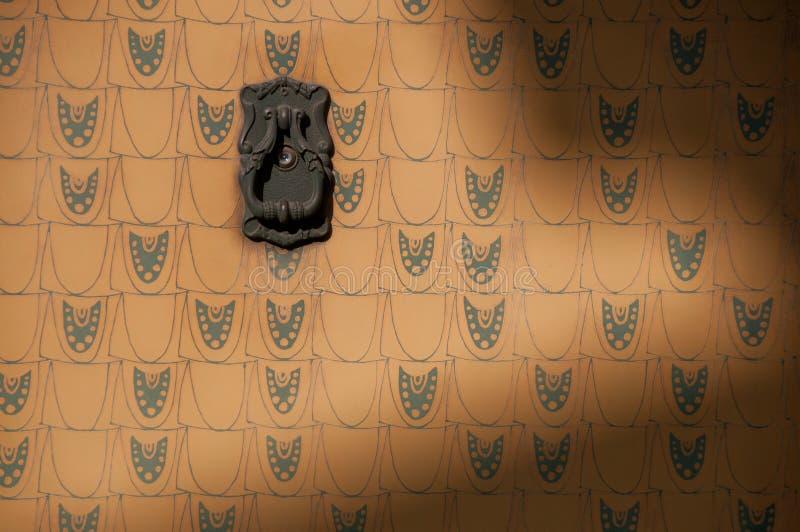 Suspensión de paño metálica del vintage en la pared europea amarilla clásica fotografía de archivo