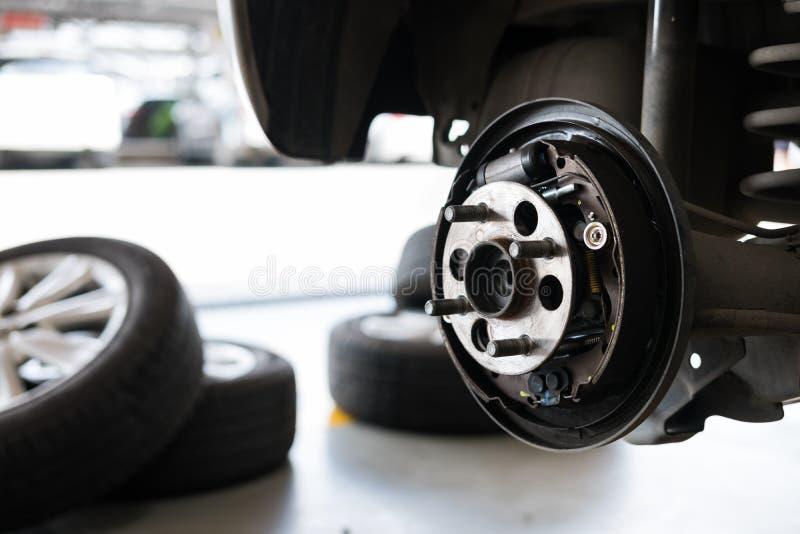 suspensión del coche y transporte del eje de rueda en maintenanc auto del servicio imagen de archivo