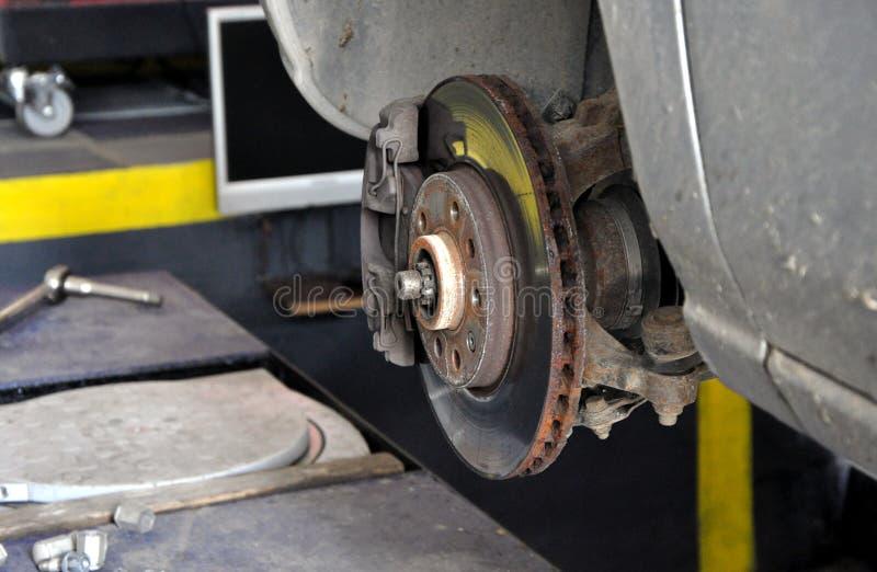 Suspensión y frenos del coche imagen de archivo