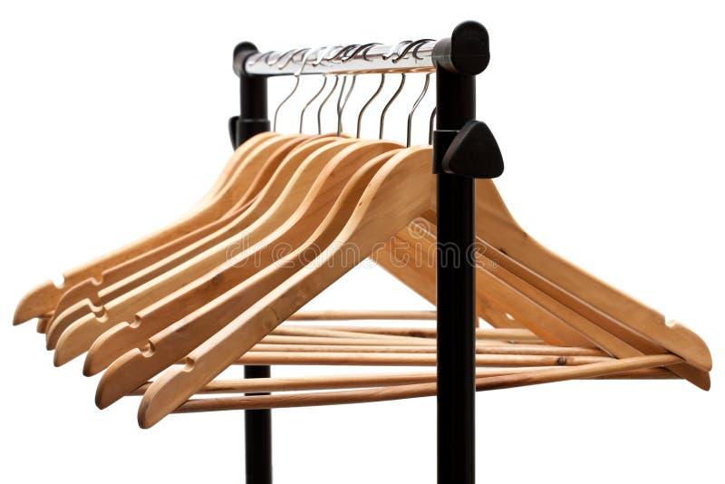 Suspensiones de capa en un estante de la ropa foto de archivo