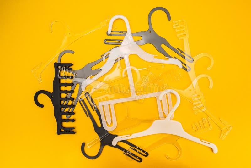 Suspensiones dispersadas en fondo amarillo imagenes de archivo
