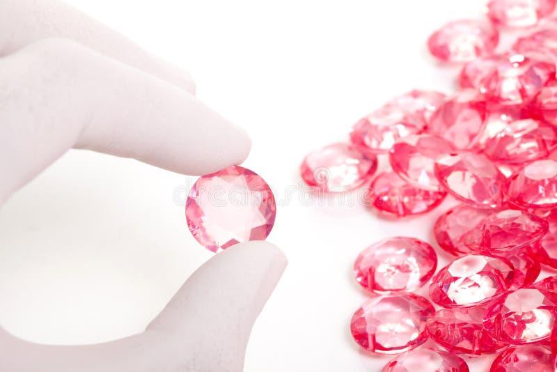 Sustento perfeito da mão o diamante de cristal cor-de-rosa foto de stock royalty free