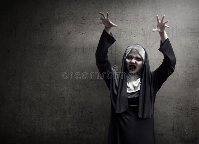 Susto asiático malvado joven de la monja de la mujer imagenes de archivo