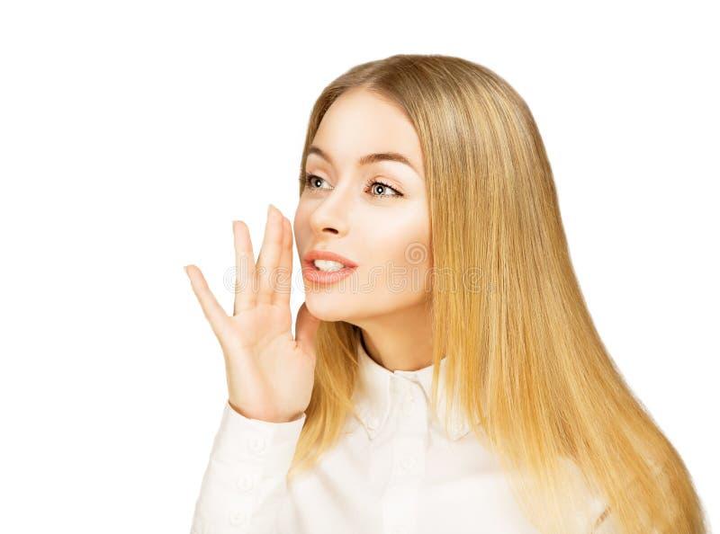 Susurro rubio joven de la mujer. Aislado en blanco. foto de archivo