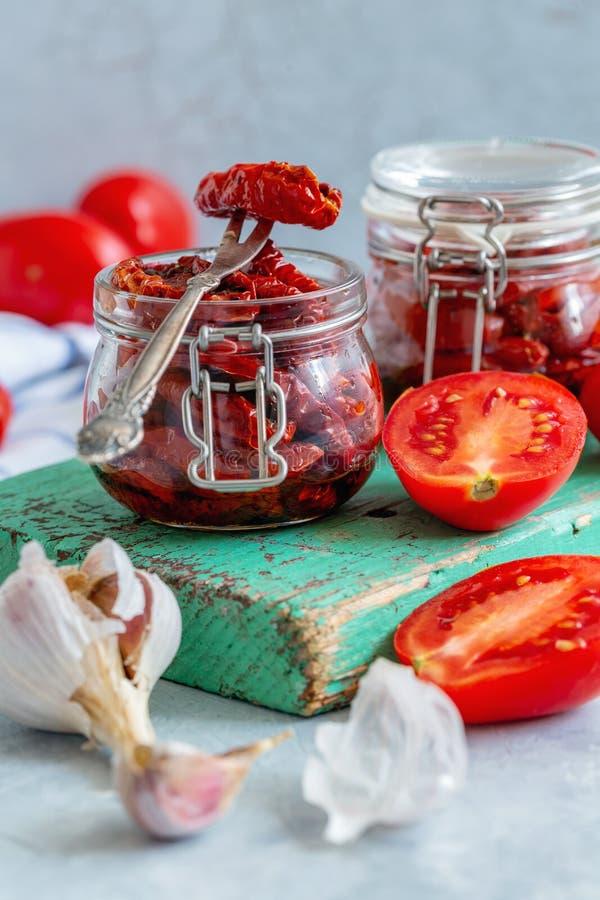 Suszący pomidory z czosnkiem, pikantność i oliwa z oliwek, obraz stock