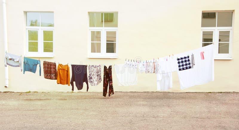 Suszący ubrania i odziewa po myć na otwartej przestrzeni obrazy royalty free