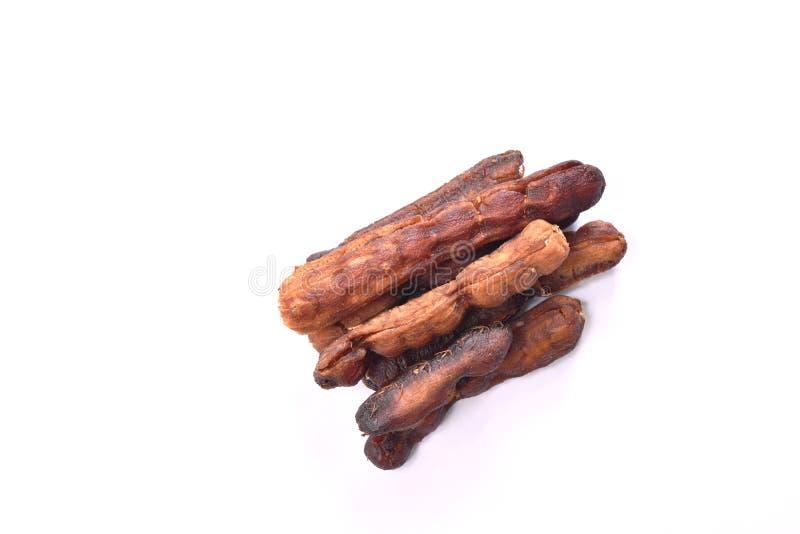 Suszę bejcował tamarynda smaku cukierki i podśmietania Tajlandzkiego utrzymanego jedzenie na białym tle obraz stock
