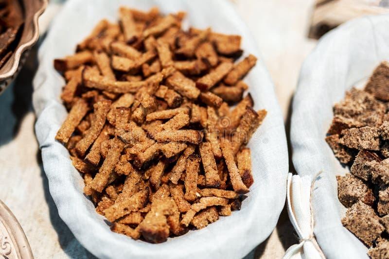 Suszę piec żyta wholegrain crunchy crouton chlebowych kije na talerzu Naturalna smakowita crispy przekąska Wyśmienicie odżywiania zdjęcia royalty free